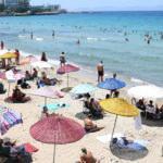Kuşadası'na akın var! Yerli ve yabancı turistler plajları doldurdu