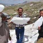 80 kilo ağırlığındaki kar kütlelerini ücretsiz alıp satıyorlar