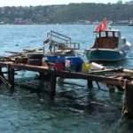 İstanbul Boğazı'nda savaş gemisi paniği! Dalgalar kafe ve balıkçı iskelelerini parçaladı