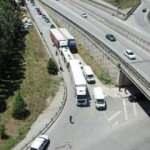 Pendik'te İETT otobüsü 2 TIR'ın arasında kaldı