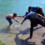 Adana polisinden alkışlanacak hareket! Tehlikeden alıp havuza götürdüler