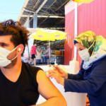 İzmir'de pazar yerinde Kovid-19 aşı standı kuruldu