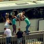 Turistler kaza yapan otobüsten camları kırıp kurtuldu