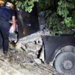Ağaca çarpıp, ikiye katlanan otomobilde sıkışan sürücü ağır yaralandı