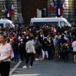 Paris'te Senato önünde aşı karşıtı protesto
