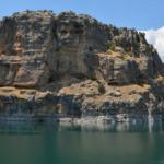 Takoran Vadisi'nde suyun altında da dışında da kaya mezarları var
