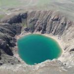 Turkuaz renkli gölün suyu çekilince rengi değişti