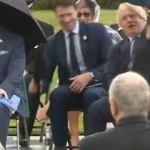 Boris Johnson'ın şemsiyeyle gülümseten mücadelesi