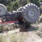 Devrilerek ters dönen traktörünün altında öldü