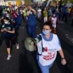 İngiltere'de sağlık çalışanları koruyucu ekipman eksikliğini protesto etti