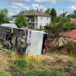 Memurları taşıyan otobüs ile otomobil çarpıştı: 21 yaralı