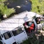 Mevsimlik işçi taşıyan minibüs dereye uçtu: 5 yaralı