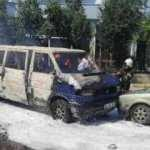 Minibüs park halindeki otomobile çarpıp, yandı
