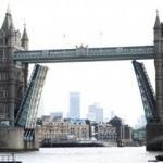 Londra'daki Tower Bridge açık kaldı, trafik birbirine girdi