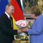 Putin, Şansölye olarak Rusya'ya son kez gelen Merkel'e çiçek verdi