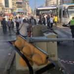 Fatih'te tramvay durağındaki trafik ışıkları tramvay yoluna devrildi