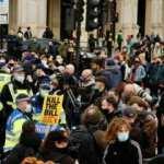 İngiltere'de aşı karşıtları bu kez medya kuruluşlarını hedef aldı