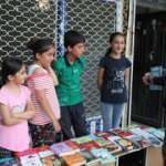 Hakkarili çocuklar okul masrafları için kitap satıyor