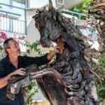 Ünlü sanatçıdan Manavgat'ta yanan ağaç gövdelerinden at figürü