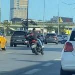 Motosikletli gencin trafikte tehlikeli dansı
