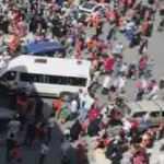 Sultangazi'de servis aracı okul önünde bekleyen öğrenci ve velilere çarptı!
