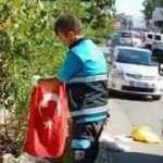 Yürekleri ısıtan görüntü! Temizlik işçisinin Türk bayrağı hassasiyeti