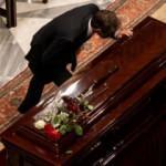 Cenazede bacak bacak üstüne atan Miçotakis'e sert tepki