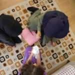 İşitme engelli çocuklarının duymadığını vazo kırarak öğrendi