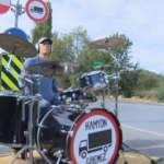 Müzisyenden kamyonlara davullu protesto