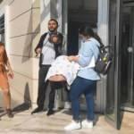 Müzisyen baba taburcu olan bebeğini hastane kapısında kemanla karşıladı