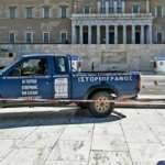 """Atina'da parlamento önüne """"Yunanistan'ı Türkiye yönetiyor"""" yazılı kamyon bırakıldı"""