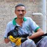 Sokak köpeği, temizlik işçisinin yanından bir an olsun ayrılmıyor