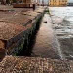 İzmir'de şiddetli fırtına beton blokları bile yerinden söktü