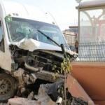 Servis midibüsü duraktaki öğrenciye ve duvara çarptı: 7 öğrenci yaralı