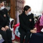 92 yaşındaki Nuriye teyze Mehmetçik için elleriyle çorap ördü