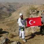 Beden eğitimi öğretmeni 150 metre tırmanarak Cumhurbaşkanı Erdoğan'a bal topluyor