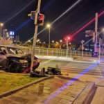 Kontrolü kaybolan otomobil direğe çarptı: 2 yaralı