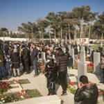 Azerbaycanlılar, yeni yılın ilk gününde şehitliklere akın etti