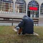 Camide üşüyen kediyi kucağına alarak ısıttı!