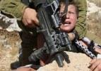 İsrail askerlerinden Filistinli çocuğa eziyet