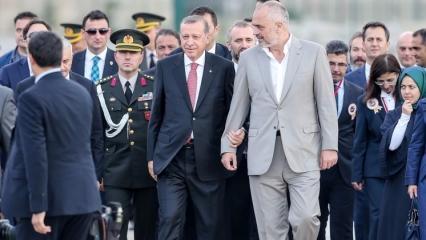 Erdoğan tören alanına o isimle kol kola geldi