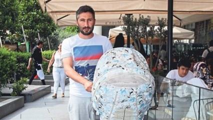 Futbolcu Sabri bebeğini gezdirirken görüntülendi!