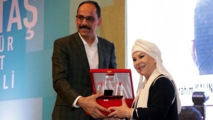 Türk halk müziğinin efsanesi Bedia Akartürk ödülünü aldı