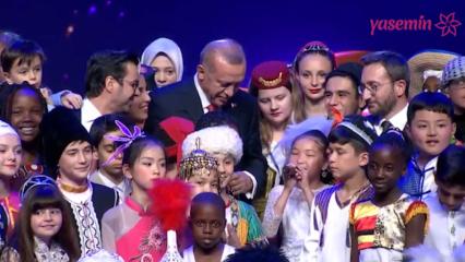 Başkan Erdoğan çocuklarla beraber şarkı söyledi