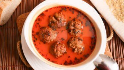 Köfteli çorba tarifi: 250 gram kıyma, 1 dilim bayat ekmek, 3 adet domates...