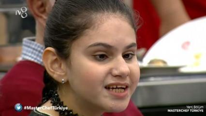 MasterChef'te şarkı söyleyen görme engelli kız sesiyle herkesi mest etti!
