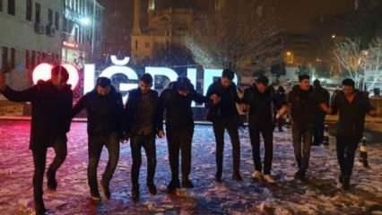 Iğdır'da mevsimin ilk kar yağışı altında halay çektiler