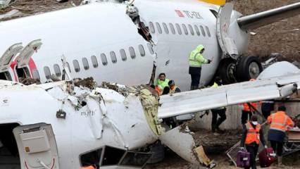 Uçaktan yolcuların valizleri çıkarılıyor