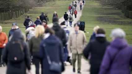 İngiltere'de koronavirüse rağmen parklar doldu