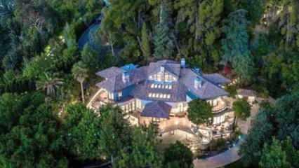 Selena Gomez'in 10 odalı gizli geçitli yeni evi!